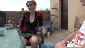 French mom seduces younger guy and gets sodomized outdoor